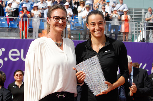 Former top 10 player Mary Pierce (left) and Garcia pose after the trophy presentation ceremony.