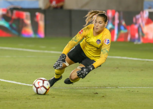 Aubrey Bledsoe makes a diving save against the Houston Dash: Photo: Leslie Plaza Johnson - Icon Sportswire via Getty Images