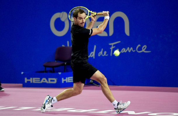 Richard Gasquet gears up to hit a return (photo: opensuddefrance)