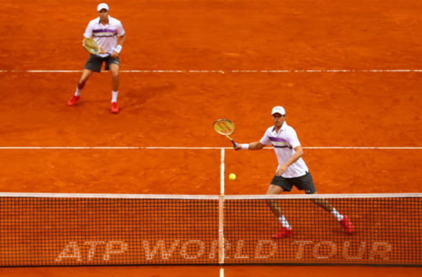 Bob Bryan and Mike Bryan gear up to strike a volley (Photo: Clive Brunskill/Getty Images)