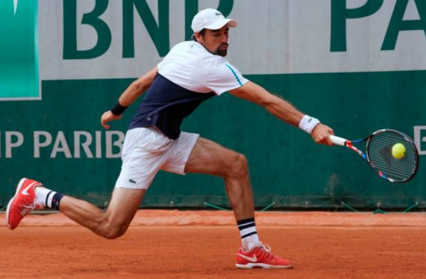 Jeremy Chardy stretches for a shot (Photo: Francois-Xavier Marit/Getty Images)