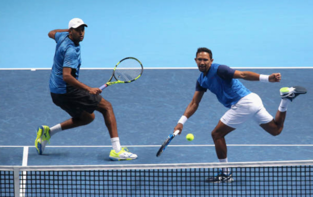 Raven Klaasen and Rajeev Ram return the ball to Henri Kontinen and John Peers (Photo: Alex Pantling/Getty Images)