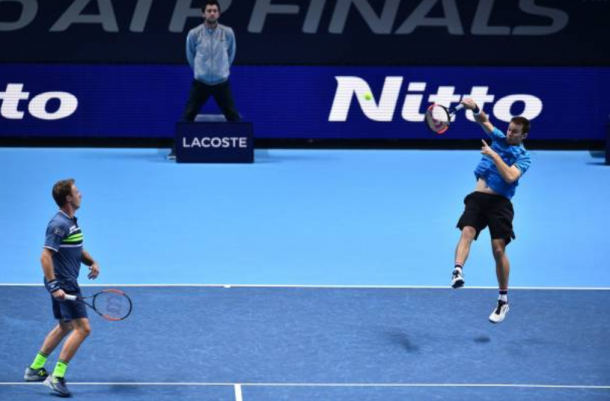 John Peers smashes an overhead with Henri Kontinen watching on (Photo: Glyn Kirk/Getty Images)