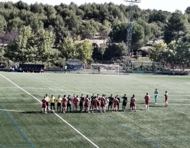 ED Moratalaz y CD Móstoles URJC se saludan deportivamente antes de que comience el encuentro. Fotografía: Francisco Nieto.