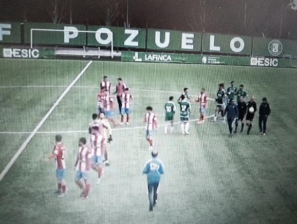 Los dos equipos se saludaron deportivamente al final del encuentro, que dejó una victoria final de los visitantes por 1-3. Fotografía: Francisco Nieto.