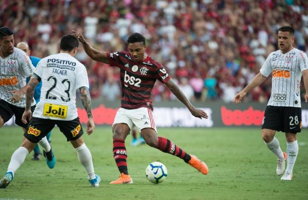 Instante em que Vitinho arma o chute para fazer o quarto gol do Flamengo (Foto: Alexandre Vidal/CR Flamengo)