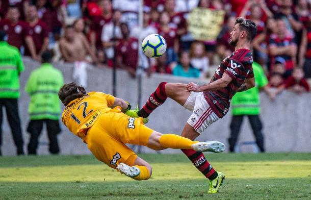 Lance exato em que Cássio atinge Arrascaeta dentro da pequena área (Foto: Alexandre Vidal/CR Flamengo)
