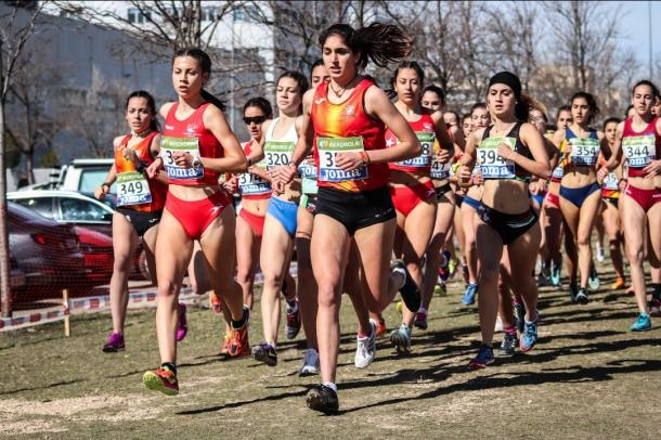 Ángela Viciosa liderando la carrera en Zaragoza. / Foto: TrackMedia.