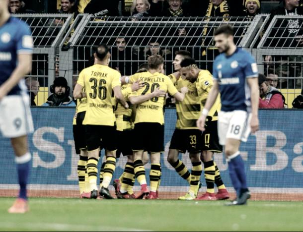 Los jugadores del Borrusia Dortmund celebrando un gol en el histórico empate, 4-4, frente al S04 | Foto: @BVB