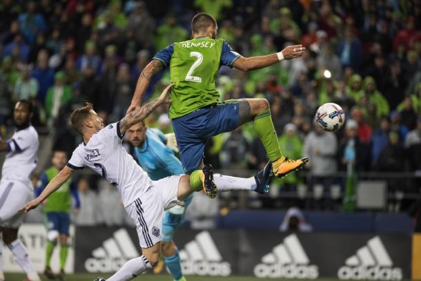 Dempsey lucha un balón | Imagen: Seattle Times