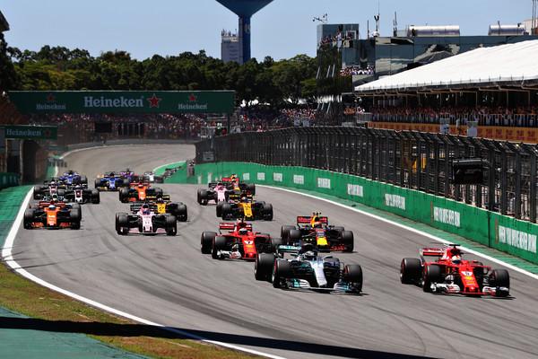 Sebastian Vettel adelanta a Valtteri Bottas en la salida | Fuente: Zimbio