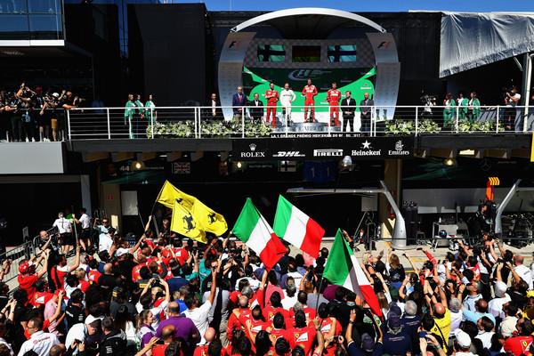 El podio de Brasil con los dos pilotos de Ferrari. Fuente: Getty Images