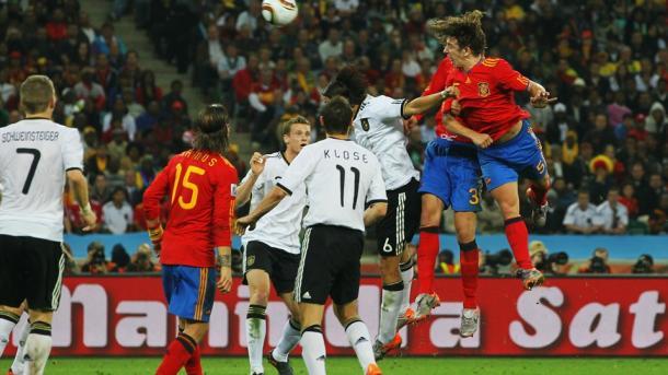 Carles Puyol elevándose más que nadie para batir la meta alemana. Fuente: FIFA.