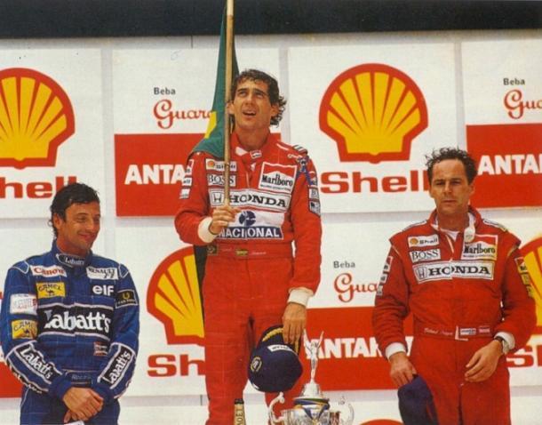 Un Senna dolorante festeggia la vittoria nel GP di casa