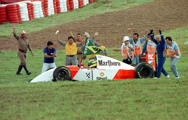 Senna festeggia la vittoria con il suo pubblico