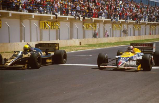 La volata finale tra Senna e Mansell