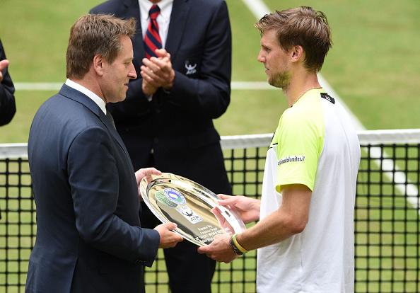 Andreas Seppi receives the runner-up shield last year (Getty/Bongarts/Thomas Starke)