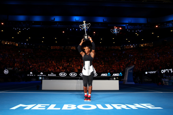 Serena Williams proudly lifts her 23rd Grand Slam title | Photo: Clive Brunskill/Getty Images AsiaPac