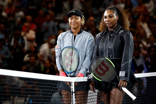 Naomi Osaka (L) and Serena Williams pose at the net for a photo before the start of their 2018 U.S. Open women's singles final. | Photo: Julian Finney/Getty Images