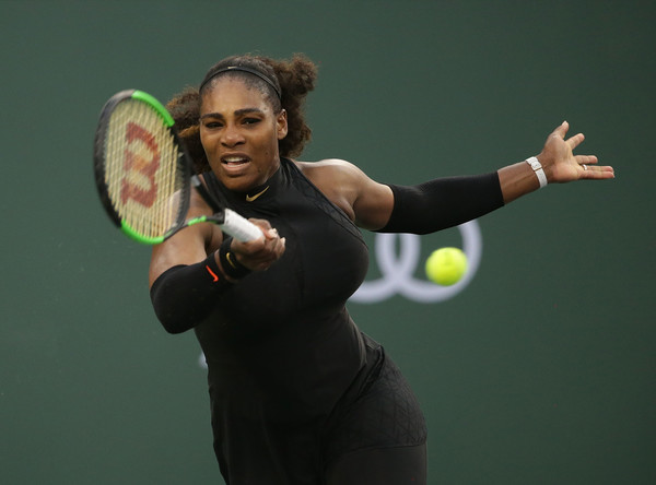 Serena Williams' groundstrokes looked as powerful as before, and her impressive play was able to help her claim a 7-6, 7-5 victory | Photo: Jeff Gross/Getty Images North America