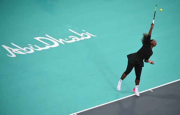 Serena Williams in action at the Abu Dhabi exhibition | Photo: Tom Dulat/Getty Images Europe