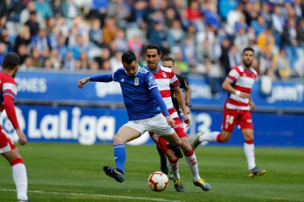 Sergio Tejera trata de batir a Rui Silva en la primera parte.   Imagen: Real Oviedo