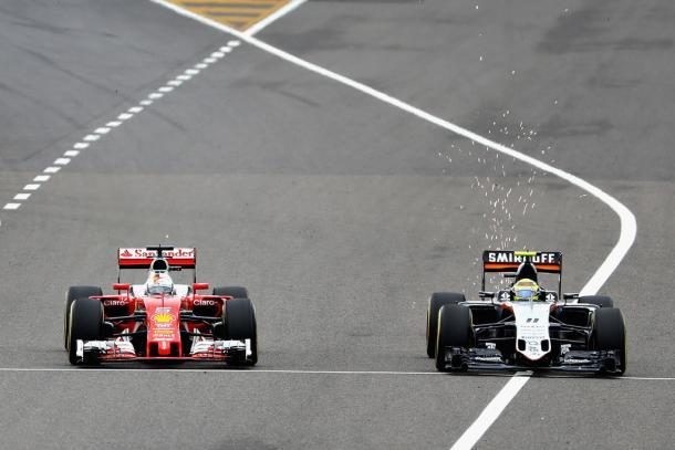 Sergio Pérez siendo adelantado por Sebastian Vettel   Fuente: Getty Images