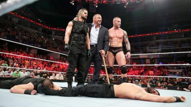 Seth Rollins traiciona a The Shield (WWE.com)