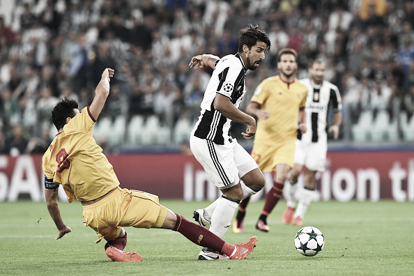 Iborra disputa bola com Khedira (Foto: Valerio Pennicino/Getty Images)