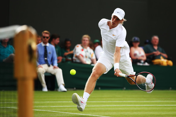 Shapovalov charges in on a forehand. Photo: Clive Brunskill/Getty Images