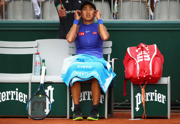 Zhang Shuai at a changeover in the match | Photo: Clive Brunskill/Getty Images Europe