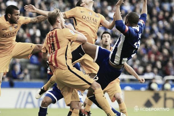 Sidnei es derribado en la jugada del primer gol del Barcelona. Foto: RC Deportivo.