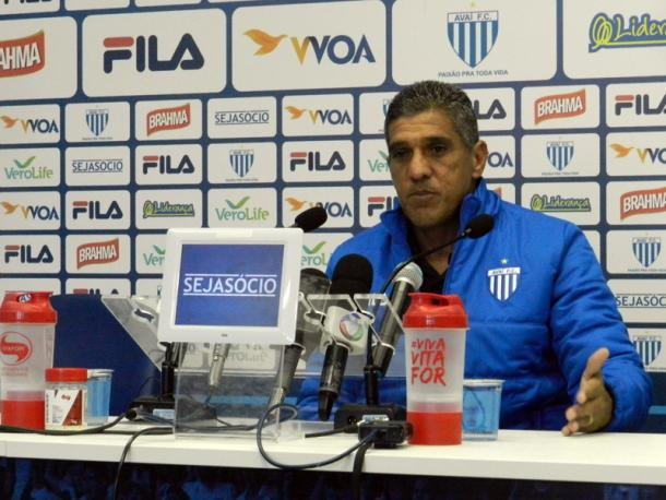 Por força de lesão, Silas deve fazer duas alterações no meio campo (Foto: André Palma Ribeiro/Avaí FC)