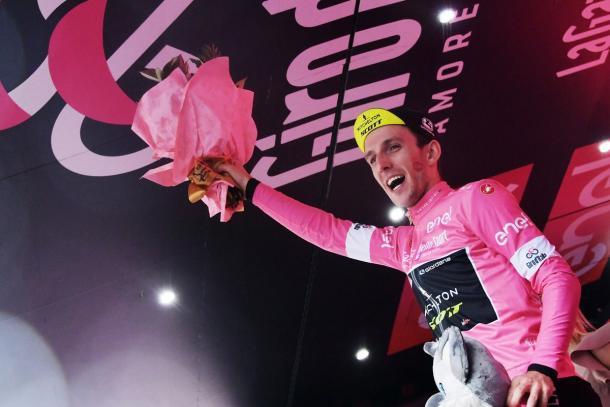Simon Yates en el pódium de Osimo   Foto: Giro de Italia