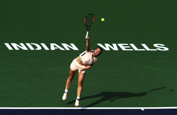 Caroline Wozniacki loses in Indian Wells, Simona Halep advances