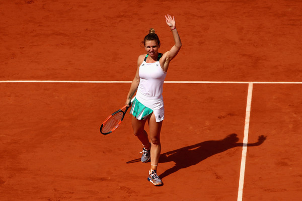 Simona Halep applauds the supportive crowd after sealing her spot in the semifinals | Photo: Clive Brunskill/Getty Images Europe