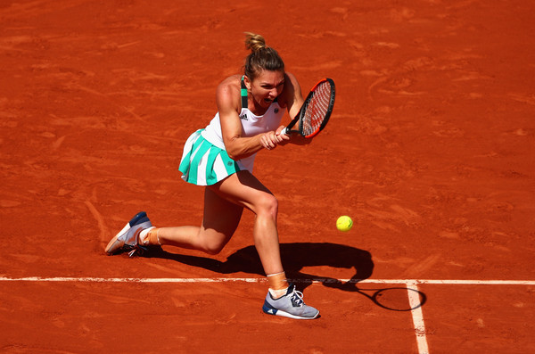 Simona Halep reaches out for a backhand during her quarterfinal thriller against Svitolina | Photo: Clive Brunskill/Getty Images Europe