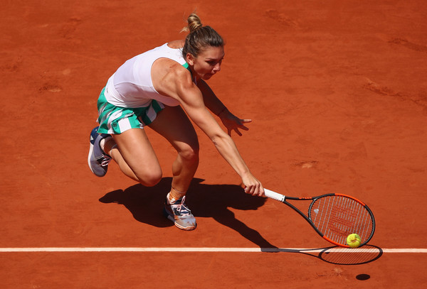 Simona Halep reaches out for a shot | Photo: Clive Brunskill/Getty Images Europe