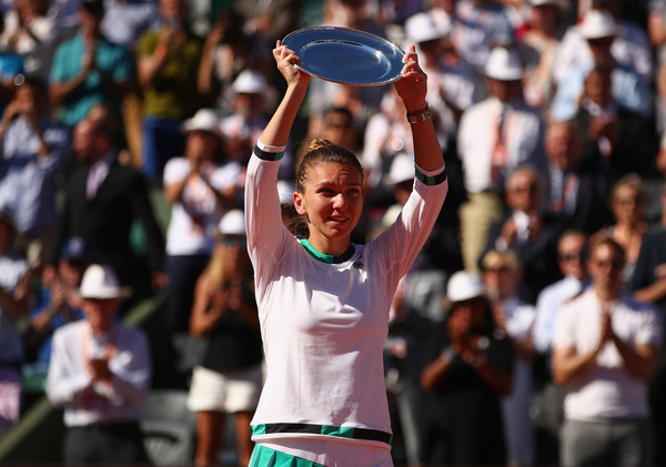 Simona Halep with her runner-up trophy at the French Open | Photo: Clive Brunskill/Getty Images Europe