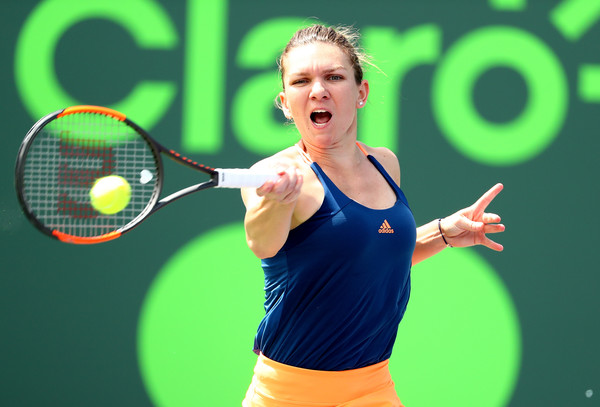 Simona Halep hits a forehand | Photo: Al Bello/Getty Images North America