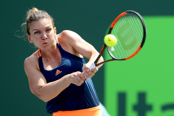 Simona Halep hits a backhand | Photo: Matthew Stockman/Getty Images North America