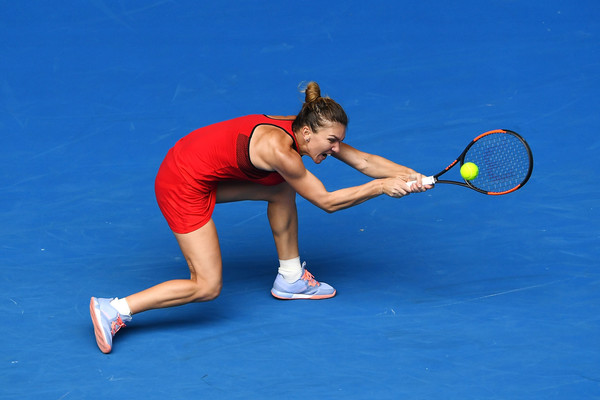 Simona Halep retrieves a backhand shot | Photo: Quinn Rooney/Getty Images AsiaPac