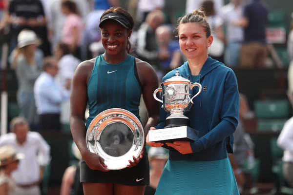Halep and Stephens pose alongside their respective trophies | Photo: Matthew Stockman/Getty Images Europe