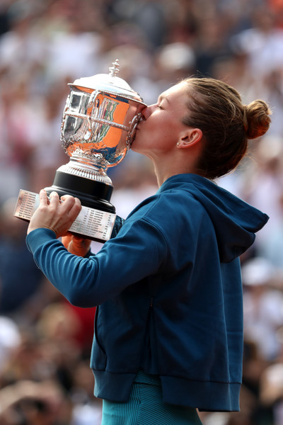 Halep proudly kisses her trophy | Photo: Matthew Stockman/Getty Images Europe