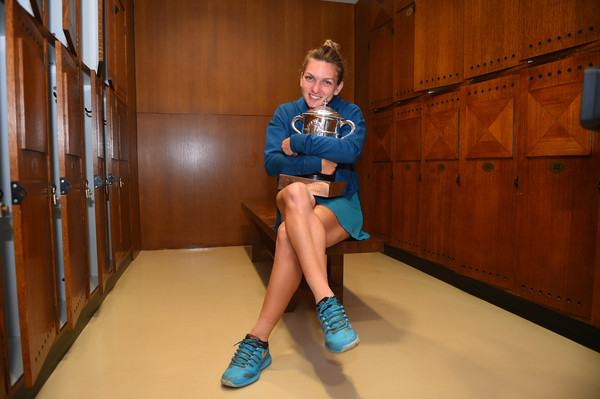 Simona Halep proudly posing alongside her Roland Garros trophy | Photo: Pool/Getty Images Europe