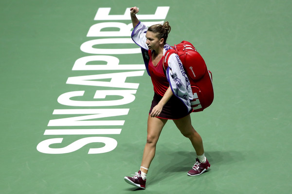 Simona Halep walks off the court after the defeat, applauding the supportive crowd in the process | Photo: Matthew Stockman/Getty Images AsiaPac