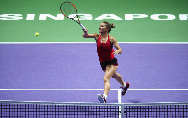 Simona Halep hits a volley at the net | Photo: Clive Brunskill/Getty Images AsiaPac