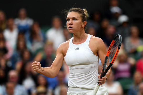 Simona Halep celebrates winning the first set over Johanna Konta, bringing her a set closer to being the world number one | Photo: Shaun Botterill/Getty Images Europe