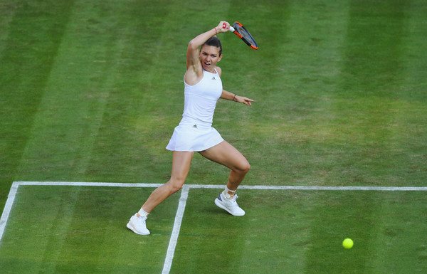Simona Halep hits a forehand during the match | Photo: Shaun Botterill/Getty Images Europe