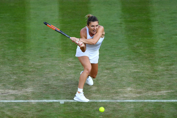 Simona Halep hits a backhand during the match | Photo: Shaun Botterill/Getty Images Europe